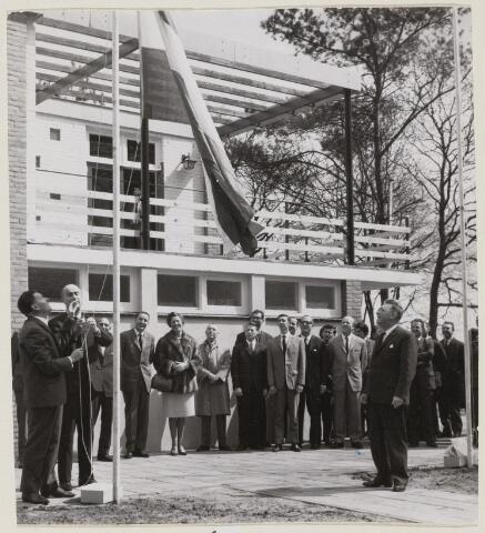 100962 - Sport- en Recreatiecomplex De Warande met openlucht zwembad. Tweede van links burgemeester mr. Elkhuizen.