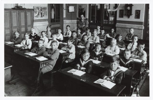 051345 - Basisonderwijs.  Klassenfoto r.k. lagere school. Mgr. Zwijsen school. Leerlingen van de tweede klas. Deze school was een jongensschool.