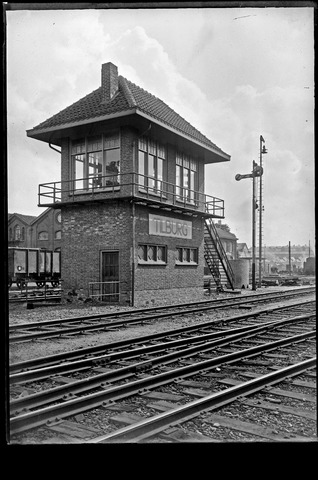 653677 - Seinwachtershuis. Op de achtergrond de centrale werkplaats van de NS.