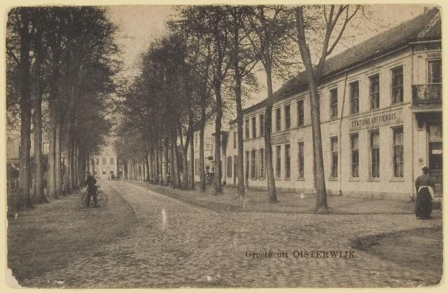 """073651 - Het """"Stations Koffiehuis""""op de hoek Dorpsstraat/Stationsstraat. Dit pand is nog deels nog steeds als horeca (""""Dorpsherberg"""") in exploitatie, op de hoek is een drogisterij gevestigd."""