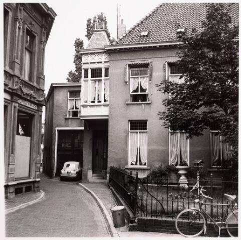 036200 - Monumentstraat no. 6 op dit adres zat de firma Heffels groothandel in rijwielen. Nu Stadhuisplein.