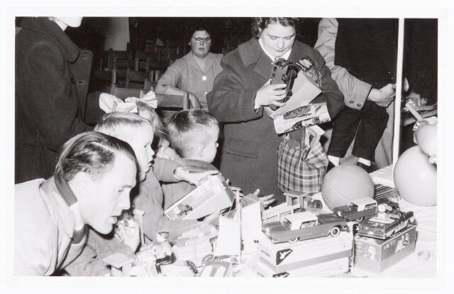 038875 - Volt. Zuid. Sport en ontspanning. Viering Sint Nicolaas voor de kinderen van het personeel in 1959. Sinterklaas. St. Nicolaas. Wie zoekt het cadeautje uit?