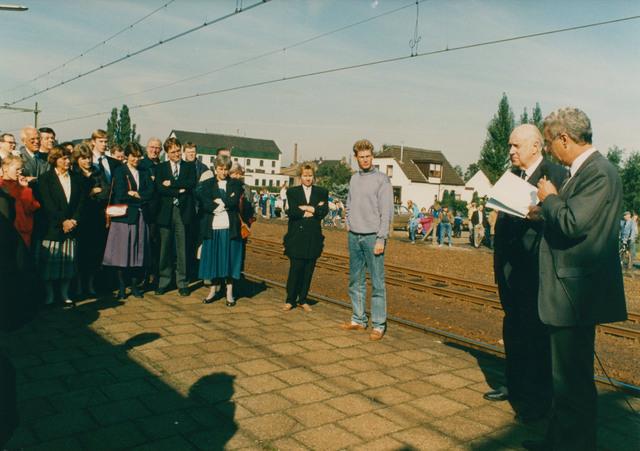 651295 - Tilburg, 125 jaar stad aan het spoor. Manifestatie. 125 jaar geleden (in 1863) moest de toemalige burgemeester van Gilze- Rijen, de heer W.J. Mol, de minister van Binnenlandse Zaken, Thorbecke, verwelkomen. Deze keer is burgemeester  A.M.J.C. Aarts van Gilze-Rijen degene die het gezelschap welkom heet tijdens de tussenstop in zijn gemeente.
