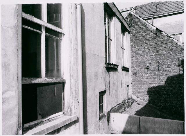 027742 - Oude Markt 8. Apotheek Bijvoet. Zijgevel achterhuis. Let op tussenverdieping met twee vierkante venstertjes.