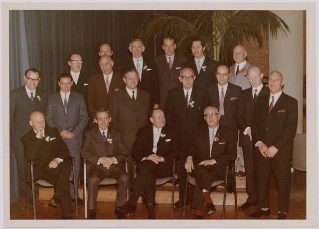 041088 - Vakbeweging. Het groot bestuur N.K.V. afd. Tilburg b.g.v. het 75-jarig bestaan. vlnr. voorste rijzittend: Bert van Rooy, Hein Meijs (1933-1994), Harry Clijsen, pater De Leeuw. Middelste rij: Cees vd Wiel, Jo  Vrijsen, Jan Tuerlings, Jos van Vliet, Jan van Besouw, Wim Simons, Cees Sanders, Jo van Spaendonck. achterste rij: Bert Tuerlings, Jan Hovens, Herman nn (uit Kaatsheuvel), Jo de Brouwer, Toon Tuerlings.