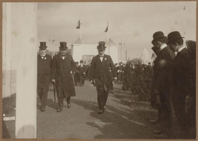 103817 - Tentoonstelling Stad Tilburg 1909 gehouden van 15 juli - 8 augustus 1909  Handel Nijverheid en Kunst. Het tentoonstelling-terrein was gelegen aan de 1e Herstalse Dwarsstraat (tussen Boomstraat en Industriestraat). Bezoek van de ministers Mr. Th. Heemskerk (1852-1932), Mr. E.R.H. Regout (1863-1913), A.W.F. Idenburg (1861-1935), J. Wentholt (1851-1930), Mr. A.P.L. Nelissen (1851-1921).