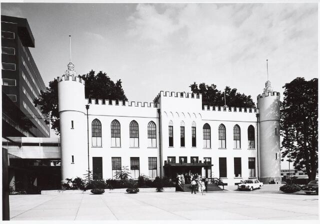 032680 - Op de voorgrond het paleis raadhuis en aan de linkerzijde het nieuw gebouwde gemeentelijk administratiegebouw aan het Stadhuisplein 130