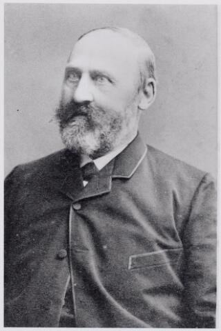 046015 - Johannes Dominicus van den Heuvel werd geboren te Ravenstein op 12 maart 1818 als zoon van een boekhandelaar. Van den Heuvel was geneesheer en voor zijn komst naar Goirle als zodanig werkzaam in Hilvarenbeek en Baarle-Nassau. Na het vertrek van Jacobus Huijsmans in 1881, werd Van den Heuvel gemeente-arts te Goirle, waar voor hem een huis gebouwd werd aan de Kerkstraat. Daar overleed Van den Heuvel op 30 april 1890. Zijn karakter wordt omschreven als 'strikt rechtvaardig en kort aangebonden'. In Goirle was hij ook zeer actief in het verenigingsleven, onder andere als secretaris van de fanfare Oefening en Uitspanning.