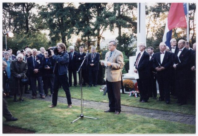 043433 - Tilburg 55 jaar bevrijd. herdenking oorlogsslachtoffers op het kerkhof aan de Gilzerbaan. op 27 oktober 1999. De spreker is Th. Clijssen, voorzitter coordinatie-commissie herdenking 55 jaar bevrijding Tilburg.