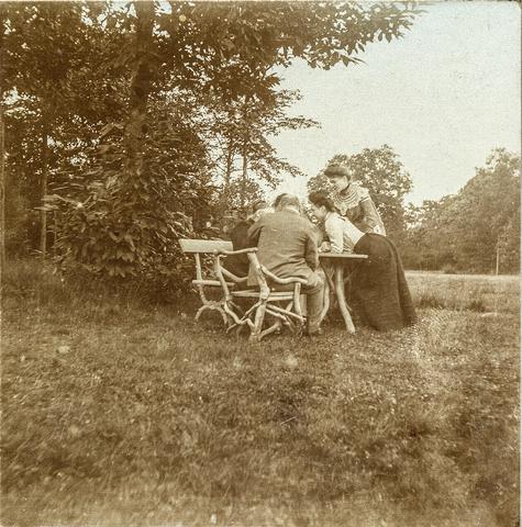653606 - Gezelschap in tuin. (Origineel is een stereofoto.)