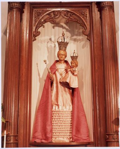 """020340 - Beeld van Maria in de Hasseltse kapel. Gedurende de generaliteitsperiode (1648 - 1796) was het beeld niet in de kapel, maar op 30 april 1796 kwam het terug. Kapelmeester Theodorus F. Smarius vermeldde hierover in het kasboek: """"Den 30 April is het Beeldt van De Alderheijligste Maget ende Moeder Godts Maria geheel Triumphant gebragt in de Hasselsche Capel tot een algemeneblijtschap van de Rooms gesinde inwoonders tot Tilborg"""""""