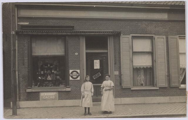018473 - Bakkerszaak van Claassens-Klijsen. Links Constance Claassens met haar moeder mw. Claassens-Klijsen.