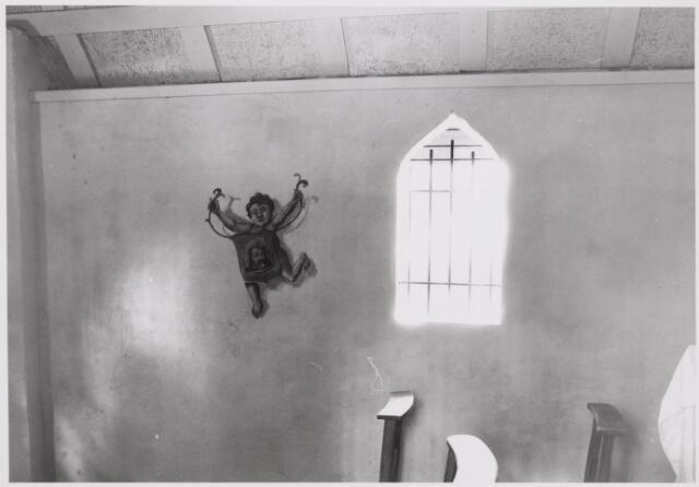 046532 - Interieur van de St. Janskapel op Nieuwkerk na de restauratie in 1985. De muurschildering van Willy van Rooy uit Goirle stelt een engel voor, die het gemeentewapen van Goirle draagt. Op het wapenschild het hoofd van St. Jan de Doper.