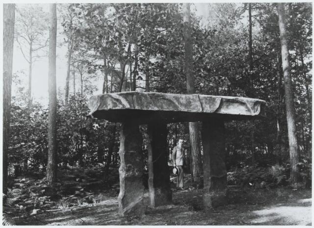 """056210 - De zogenaamde """"Stenen Tafel"""" op Nieuwkerk bij hotel de Golf."""
