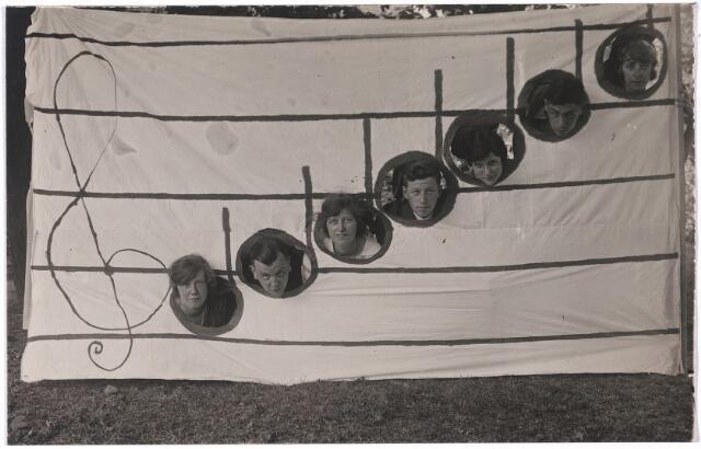 """004771 - """"Rotterdams toneel"""" staat op de achterkant van deze foto. Het familie-toneelstukje werd opgevoerd t.g.v. de zilveren builoft van het echtpaar Janssens-Minderop op 10-7-1923. De zilveren bruid Mathilde M. Th. Minderop was geboren in Rotterdam in 1873. Zie ook foto 4761"""