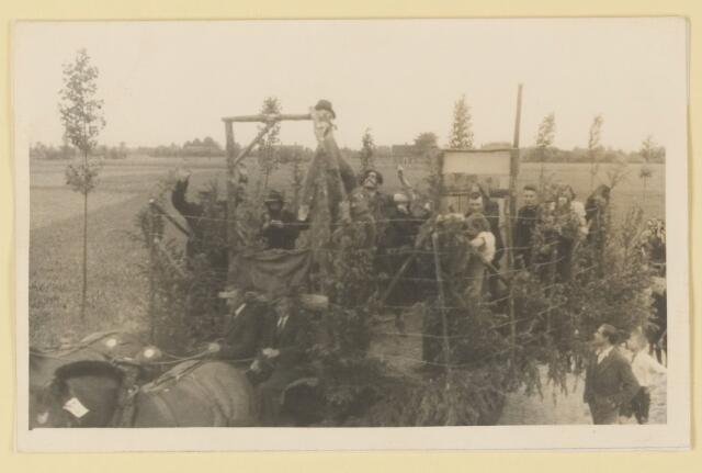 080837 - WOII; WO2; Bevrijding Udenhout 1945. De optocht. Een concentratiekamp (Molenstraat).