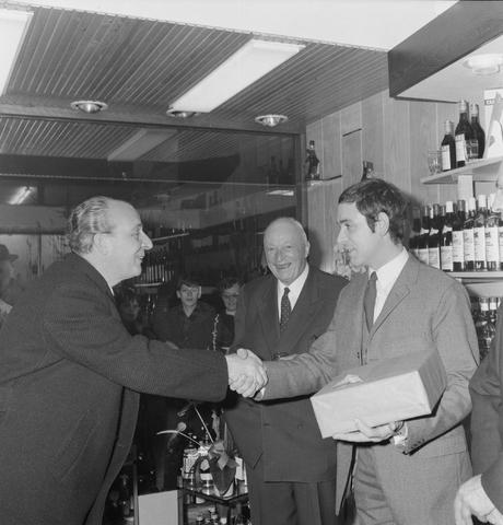 1237_013_001_007 - Wijn . Wijnhandel. Opening Wijnhandel van Bilsen 1968. Filiaal Korvelseweg. Slijterij