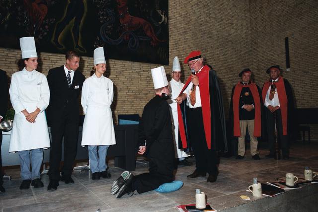 1237_003_294_023 - Scholen. De Rooi Pannen.De Rooi Pannen dankt zijn naam aan het karakteristieke klooster in Tilburg met de opvallende rode dakpannen. Het pand werd in 1914 gebouwd naar een ontwerp van Jan van der Valk. Allerlei opleidingen in het leerplein. Horeca uitreiking diploma 2003