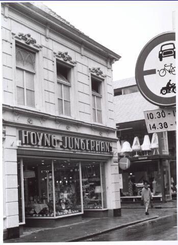021745 - Hoyng - Jungerhans in huishoudelijke artikelen op de hoek Heuvelstraat - Telefoonstraat anno 1966. Later ging de zaak verder onder de naam A. Jungerhans