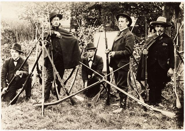008076 - De Schutters (1898)  rechts op de foto als schutter C.A.J. Vos (Sjef) geboren 3 juli 1878 overleden 8 juni 1974, In het midden geknield A.P.A. Vos (Antoon) geboren 1 oktober 1882 overleden 13 november 1955, links op de foto geknield A. M.A.M. Vos (Sander) geboren 10 mei 1885 overleden 5 mei 1969 (Allen te Tilburg)