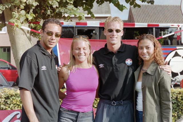 1237_001_033-2_004 - Sport voetbal Willem II, promotour van Willem II in 2000  Baarle-Nassau. Voetballers Denny Landzaat (links) en Dennis Schulp (rechts) gaan op de foto met supporters.