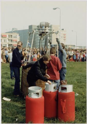 043180 - Ballonvaart vanaf het Wagnerplein op 30 april 1980 bij koninginnedag 1980.