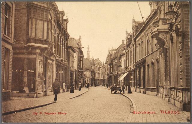011183 - Heuvelstraat tussen Heuvel en Willem II-straat. Links textielhandel Govers-den Ouden, later kunsthandel de Bron en nu de Hema. Het herenhuis rechts werd bewoond door de familie Brands, vervolgens het huis van modiste Marie Jongen. Nu ter plaatse van deze twee huizen warenhuis Vroom & Dreesmann (V. & D.)