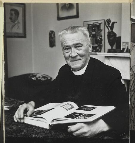 072258 - Pastoor Van Riel in de pastorie aan de Kerkstraat. Hij werd geboren te Tilburg op 12 juli 1897 en overleed op 27 mei 1974.