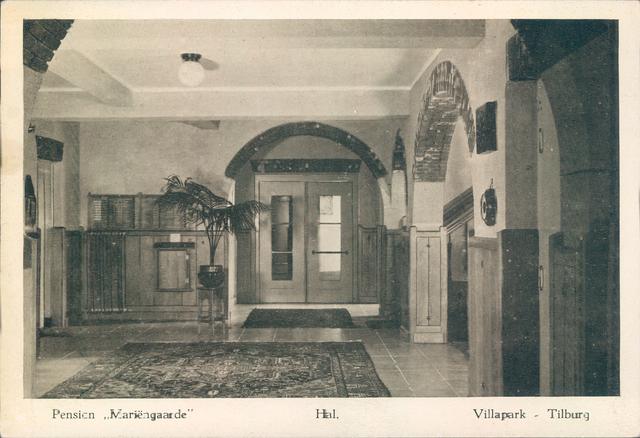651376 - Mariëngaarde. Tilburg. Deze foto van de Hal in het hoofdgebouw van pension Mariëngaarde is genomen vanuit de zithoek en geeft een kijkje op de entree. Het gebruik van natuursteen is duidelijk te zien aan de bogen bij de doorgangen.