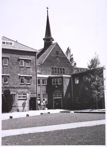 022984 - elisabethziekenhuis. Gezondheidszorg. Ingang naar de klasseafdeling van het St. Elisabethziekenhuis. Links het klooster, erachter de kapel.