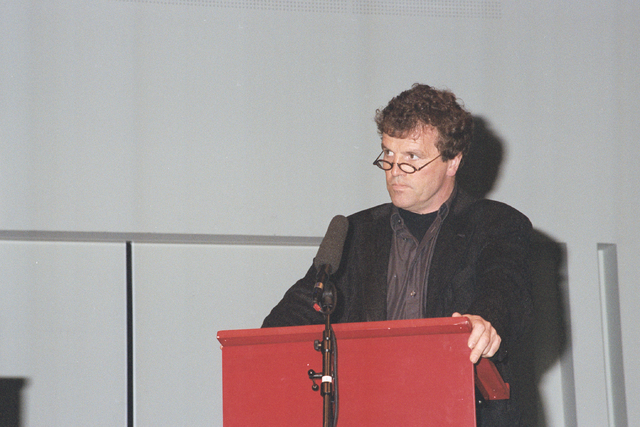1237_002_221-1_021 - In Politiek. Een debat naar aanloop van de gemeenteraadsverkiezingen in de Tilburgse concertzaal in 1999. Op de foto A. van Zijl (Algemeen Belang).