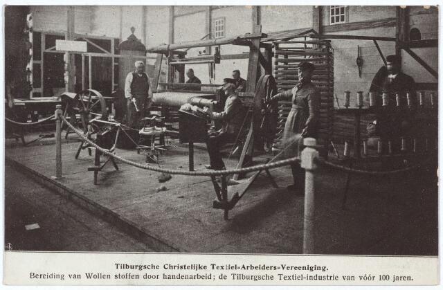 """003283 - Stand nr. 67 in de nijverheidszaal van de tentoonstelling Stad Tilburg. Deze stand van de """"Tilburgse Christelijke Textiel Arbeiders Vereeniging Unitas"""" gaf een beeld van """"de bereiding van wollen stoffen door handenarbeid: de Tilburgsche textielindustrie van voor 100 jaren."""""""