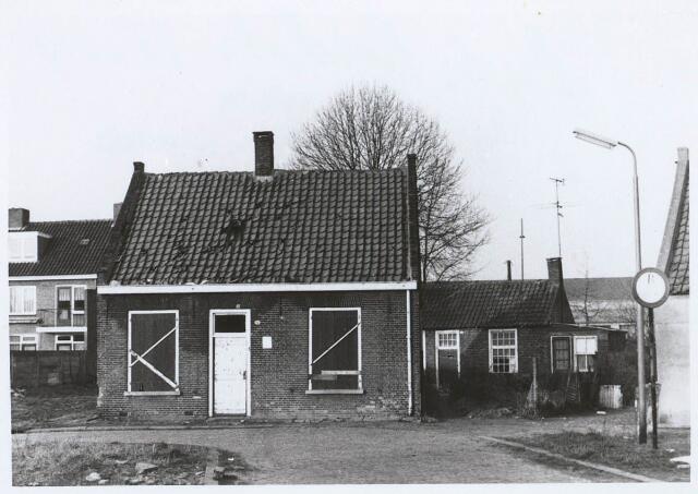 027593 - Oude Kapelstraat 12. Achtergrond: No. 14. Rechts zichtbaar: No. 16.