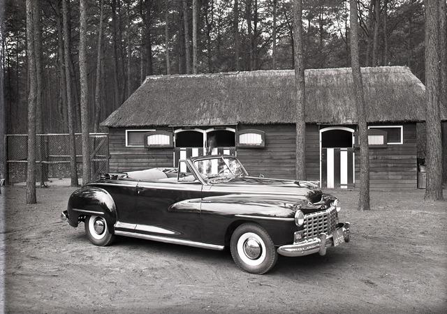654707 - Middenstand. Dodge Custom Convertible, gepresenteerd door firma Naaijkens, Korvelseweg.