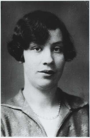 056237 - Petronella Cornelia Maria Keijsers, geboren te Goirle op 18 januari 1910 en overleden in Tilburg op 23 augustus 1986. Zij trouwde met Johannes A.J. van Puijenbroek. Zij was een dochter van Petrus Keijsers en Johanna Moeskops.