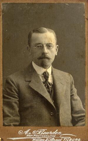 092267 - Herman Joseph Weijers, geboren te Tilburg op 4 november 1874, zoon van Wilhelmus Franciscus Weijers en Maria Catharina Mandos. Aannemer Weijers trouwt te Goirle op 3 juni 1901 met Allegonda Antonia Peijnenborg. Hij overleed te Eindhoven op 20 februari 1949.