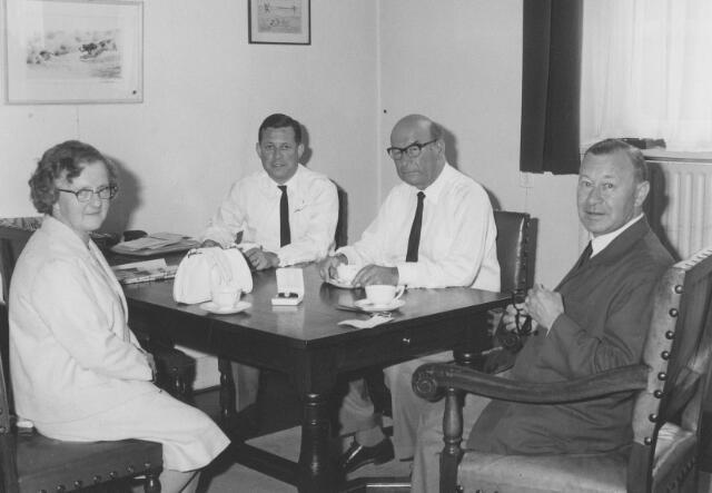 063941 - De directie van wollenstoffenfabriek A. & N. Mutsaerts met links Maria P.J. (Mietje) Robben, 45 jaar werkzaam bij de firma Mutsaerts.