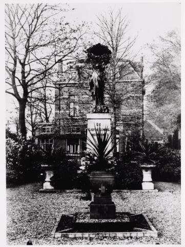 046626 - Het H. Hartbeeld op de splitsing Tilburgseweg-Kloosterstraat werd onthuld in juni 1924. In 1976 heeft een plan bestaan om het beeld te verwijderen, maar dit is niet doorgegaan. Wel verdween het parkje rondom het beeld. Op de achtergrond de villa van de familie C. van Puijenbroek.