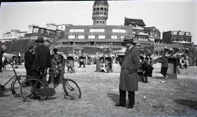 654440 - Privéarchief Schmidlin. Strandbezoek in Zandvoort. Op de achtergrond de watertoren, tevens uitkijkpost. De persoon rechts is Louis Schmidlin.