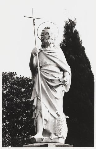 067918 - Beeld van de HEILIGE JOHANNES DE DOPER, geplaatst op een pilaster van het kerkhof naast de Goirkese kerk (H. Dionysius). Trefwoorden: Kerkelijke kunst,  openbare ruimte.