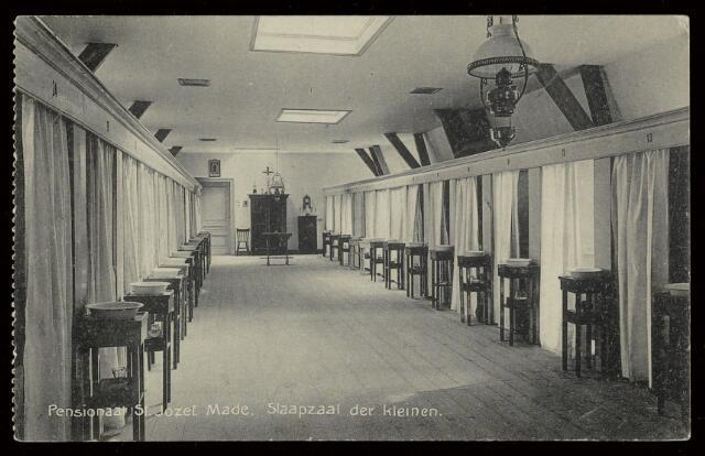 91820 - Made en Drimmelen. Foto van de chambrettes in de Slaapzaal der Kleinen in het Pensionaat St. Josef, Made. De kaart werd gestuurd aan dhr. J. Rink, Delft door zijn zusje Corry.
