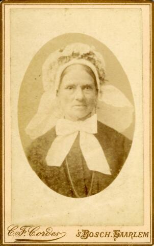 092893 - Vrouw in Brabantse klederdracht met grote muts en op de muts een kleine poffer.