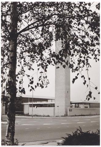 044474 - Kerk van O.L.V. van Lourdes (Koningshoeven). Op de voorgrond de Ringbaan-Oost.