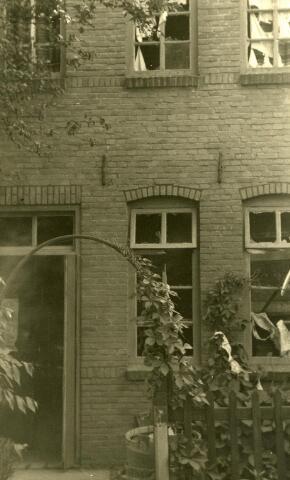 200464 - WOII; WO2; Tweede Wereldoorlog. Een licht beschadigd pand, alleen de ruiten zijn gesneuveld, aan de St. Josephstraat (nu Prinsenhoeven) ter gevolge van het bombardement in de nacht van 30 op 31 juli 1942.