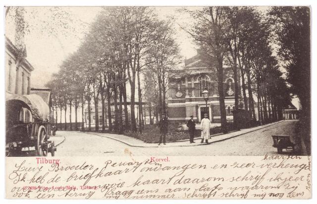 001495 - Korvel, later Korvelplein in zuidelijke richting. Midden op het plein de voormalige Korvelse kerk. Rechts, bij de kruiwagen, de weg richting Berkdijk, Laar en Goirle, links achter de huifkar de weg richting Oerle.