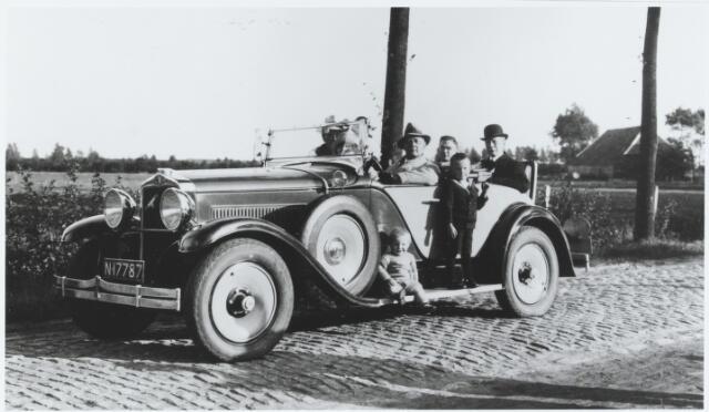 056286 - Op de treeplank van de auto links Janus Brock en recths zijn neefje Toon de Brouwer. Achter in de auto, met bolhoed, Josephus Fr.X.C.A. Jansen, gemeenteontvanger te Tilburg, ridder en de orde van de H. Gregorius de Grote, en in Goirle eigenaar van de Leeuwenhoeve, die na zijn dood op 6 augustus 1934 verkocht werd aan Piet de Brouwer, alias Piet de Hoef.