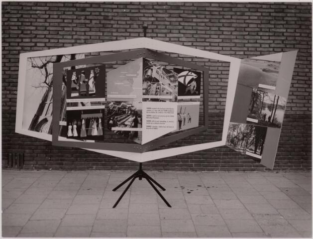 040771 - Etalagestuk voor internationale markt in het warenhuis van Carson Pirie Scott and Co te Chicago, naar ontwerp Sjef van Delft.