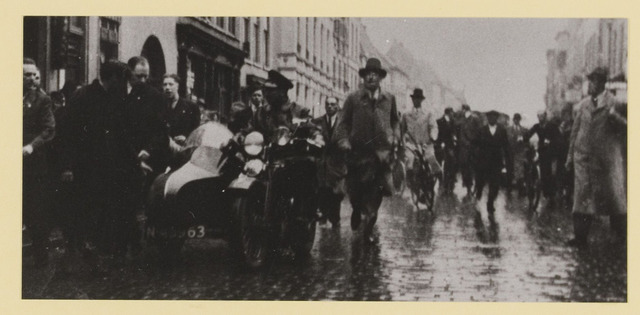 077293 - Arnold Meijer, leider Zwart front1934 -1941.   In Breda op de loop voor N. S. B. ers. met A.  Meyer naast het zijspan.