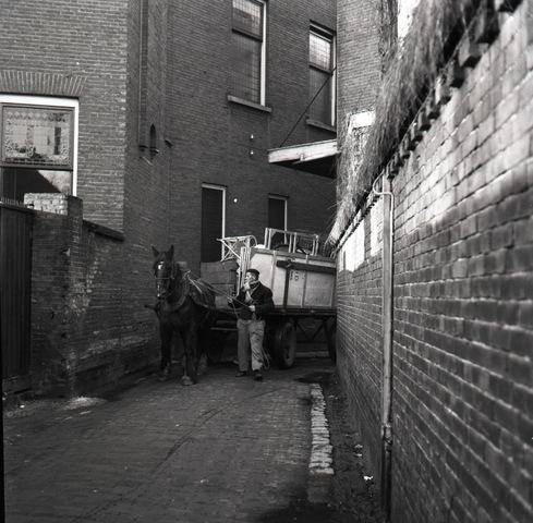 653881 - Inrit van Metropole aan de Heuvel in Tilburg, Met paard en wagen werd het sloopmateriaal afgevoerd.