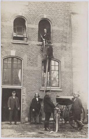 103676 - Brandweer. Kring no. 1 Zwijsenstraat. Brandmeester J.H. Lepelaars (geheel links).